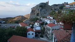Cetatea Chora vazuta de pe o terasa