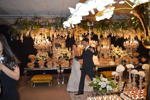 Alegria dos noivos chegando à recepção