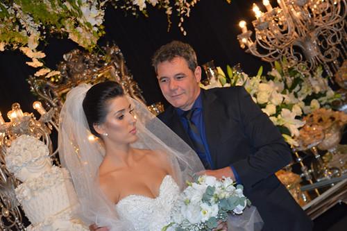 Rubens Marliere dá os retoques no penteado da noiva