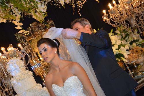 Rubens Marliere dá os retoques no penteado da noiva1