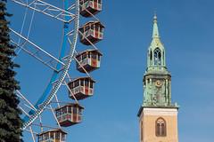 Berlin: Riesenrad neben dem Turm der Marienkirche auf dem Weihnachtsmarkt am Roten Rathaus - Ferris wheel side by side with the spire of St. Mary's Church on the Christmas Fair next to Berlin's City Hall
