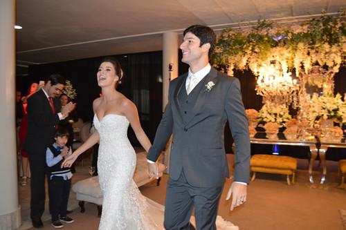Alegria dos noivos chegando à recepção4