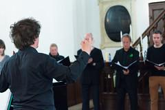 Simon Stelling dirigeert het Alphens kamerkoor Cantabile.