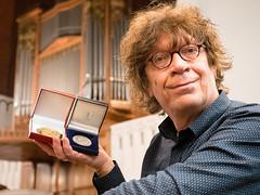Simon Stelling ontving in 2017 de prestigieuze gouden onderscheiding van de Société Académique 'Arts-Sciences-Lettres' en de erepenning van de gemeente Alphen aan den Rijn.