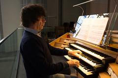 Simon Stelling bespeelt het Seifert-orgel te Gogh.