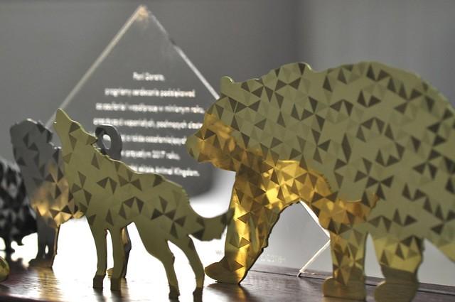 statuetka z figurami zwierząt wyciętymi w metalu