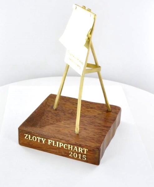 statuetka PIFS, litery wycięte z mosiądzu i wklejone w drewnianą podstawę
