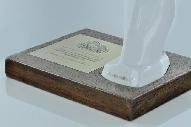 Frezowana podstawa pod figurkę i tabliczkę z tekstem