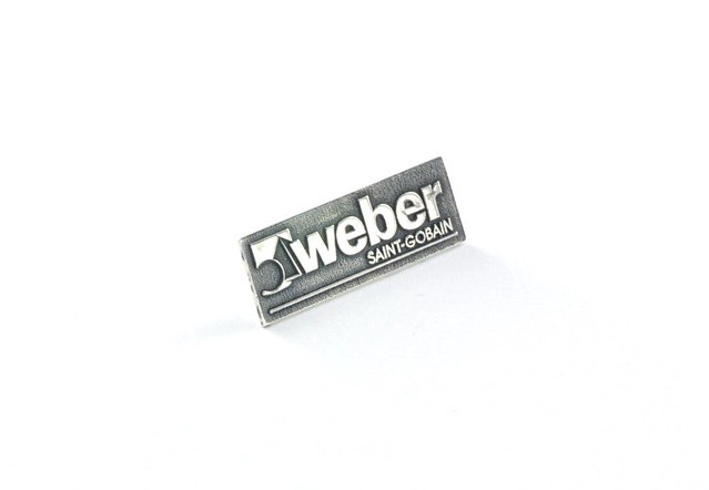 pins srebrny, grawerowane i oksydowane tło
