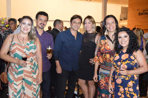 Mari e Rodrigo Zeferino, Helton e Flávia, e as proprietárias da Dama Cultural, Danielle e Mari