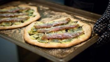 Pizza bianca met aardappel, truffel en ham