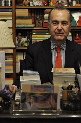 Luis Alberto de Cuenca, rodeado de libros.