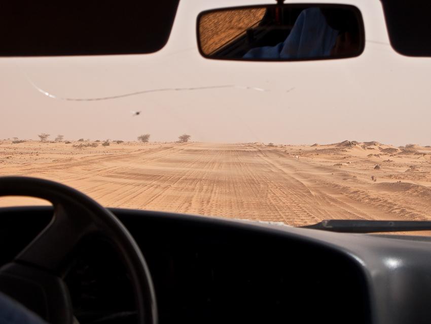Sand weht über die Strasse
