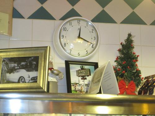 horloge, au- dessus d'une table conviviale