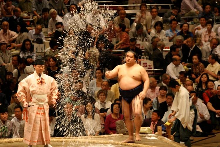 Lanzamiento de sal de sumo