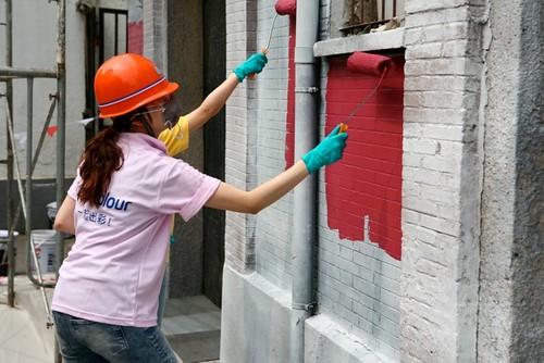 Commercial painter refaces dull brick