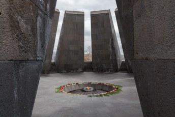 De schuinstaande stenen staan symbool voor de aan Turkije verloren provincies, in het midden brand een eeuwige vlam voor de 1,5 miljoen slachtoffers.