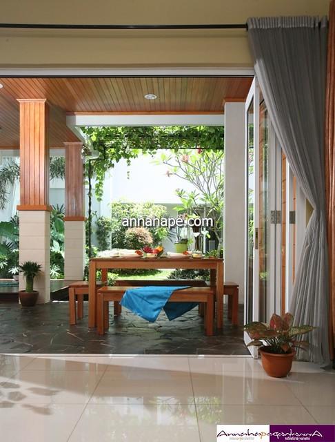 Foto Desain Ruang Makan Terbuka di Teras Belakang Rumah