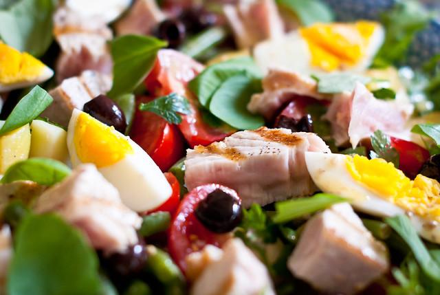 Close-up van Salade Niçoise met verse, gegrilde albacore tonijn