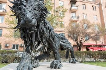 Dit is één van de vele leeuwen die Yong Ho Ji heeft gemaakt van autobanden.