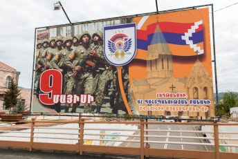 Het eerste wat me opviel was de overvloedige propaganda voor het leger.
