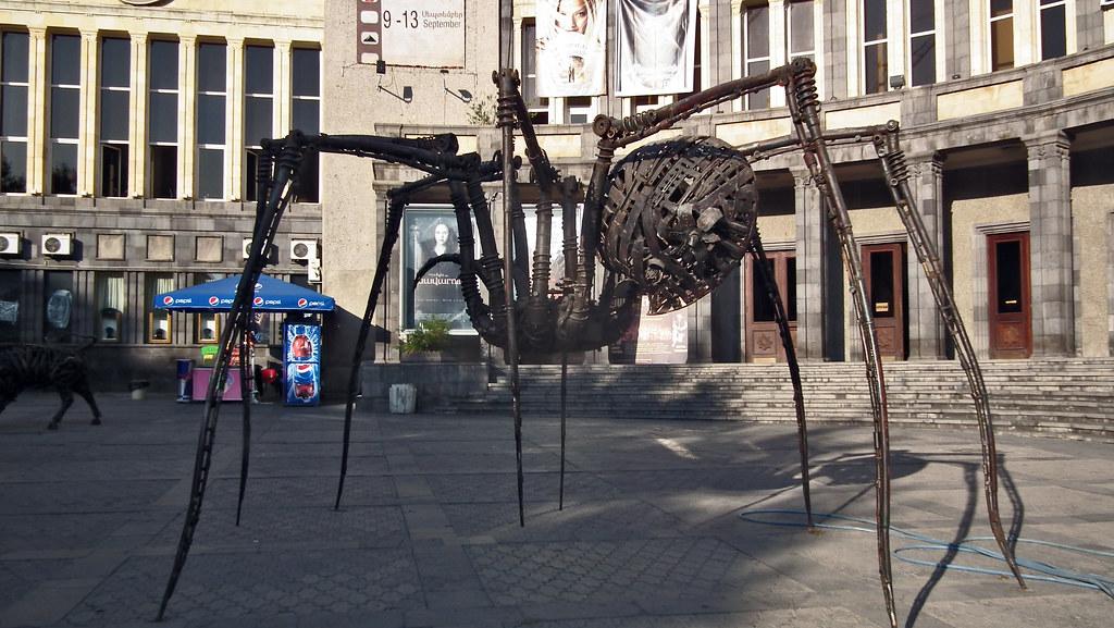 Plaza de Charles Aznavour escultura de araña Yerevan Armenia 27