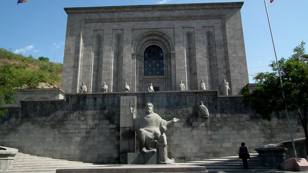 exterior de Matenadaran biblioteca Museo de manuscritos antiguos Yerevan Armenia 01