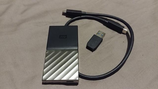 ทั้งแพ็กเกจมีมาให้แบบนี้ครับ ตัว WD My Passport SSD กับสายเคเบิ้ล USB Type-C พร้อมตัวแปลงเป็น USB-A