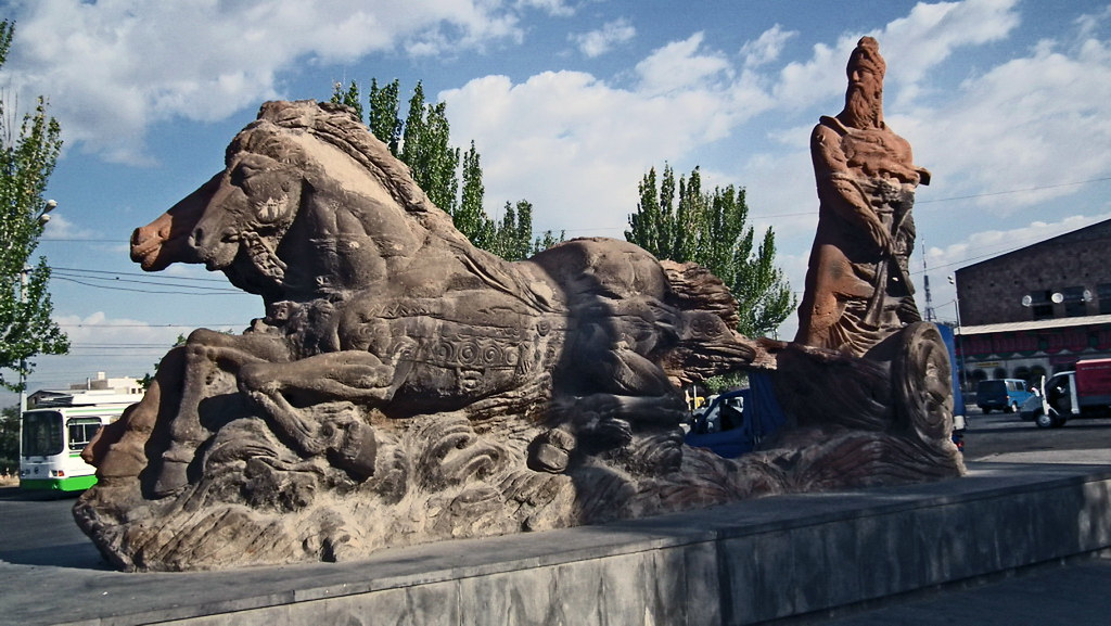 monumento al rey Arguishti y dos leones alados Museo Erebuni Yerevan Armenia 01