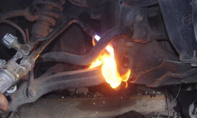 Газовым резаком выжигают резину сайлентблока
