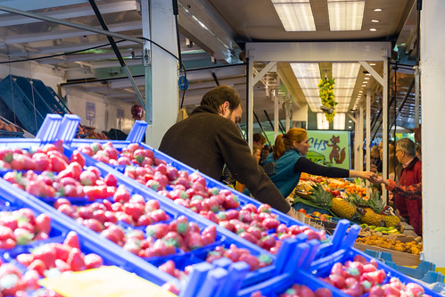 Klassischer Marktstand für Obst und Gemüse