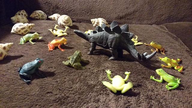 Lucha entre las ranas y el dinosaurio