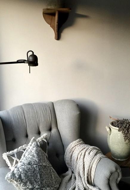 Stoel met plaid en lamp