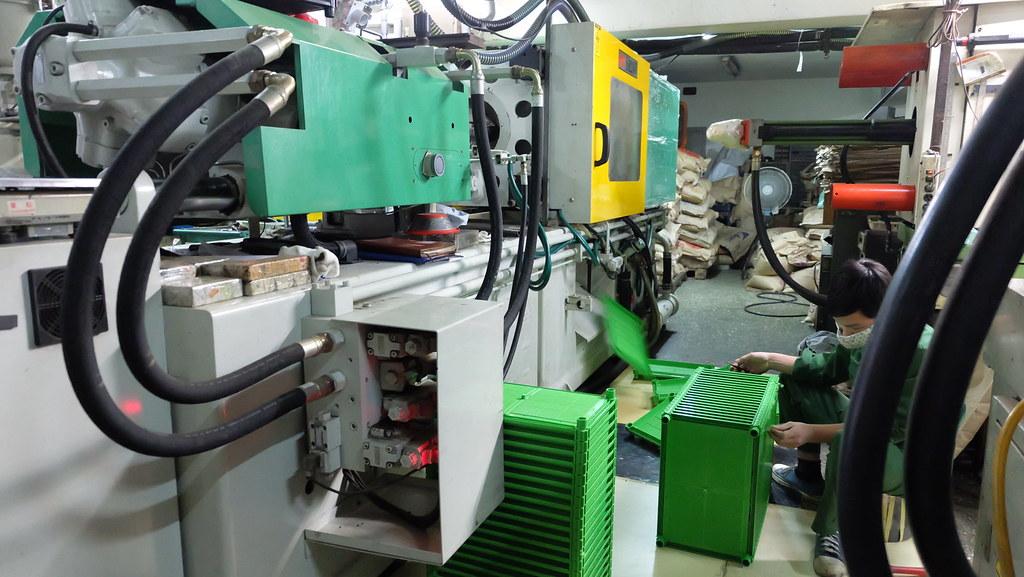 20170626 走讀工廠   塑膠射出機:機器把塑膠混合液注入模具後,完成品就會被一個個推出。蔣老闆的種植箱 ...