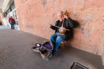 Buiten het station zat zowaar iemand te spelen op een instrument dat ik tot dan toe alleen in musea had gezien.