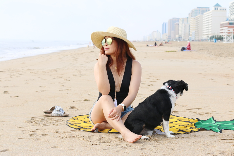 oceanfront-virginia-beach-black-swimsuit-hat-dog-3