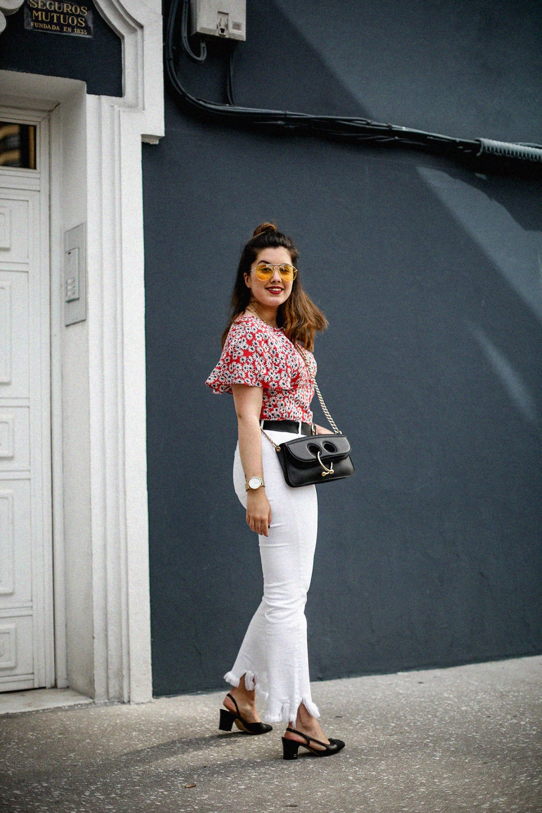 flower-top-zara-frayed-white-jeans-chanel-slingback-jw-anderson-bag-streetstyle12