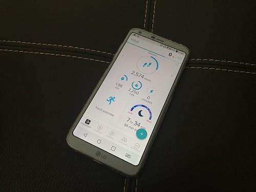 หน้า Dashboard ของแอป Fitbit แสดงผลข้อมูลกิจกรรมต่างๆ ของเราในหน้าจอเดียว
