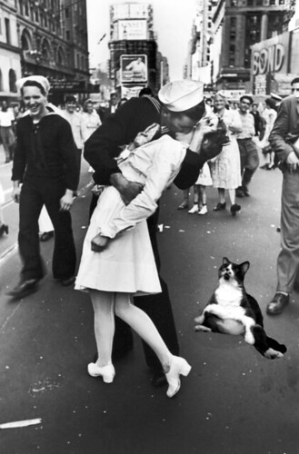 visual - nonii at VJ day kiss