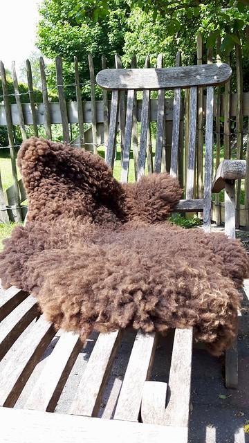 Ligstoel landelijk met schapenvacht