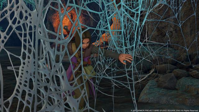 蜘蛛の巣をかき分け進む