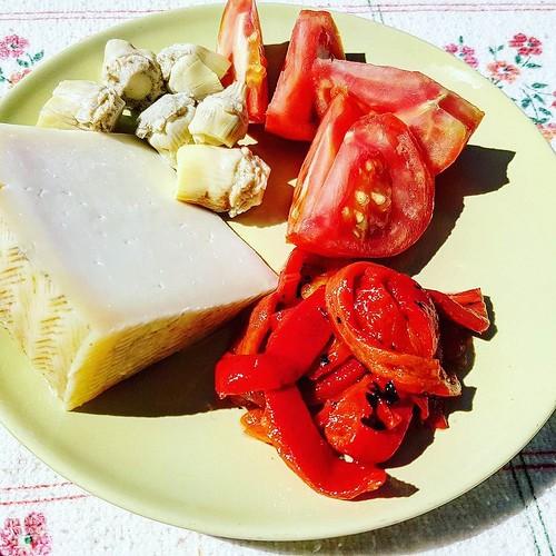 Käse, Artischockenherzen, eingelegte Paprika und Tomate. #ketoseportal #ketose #lowcarbhighfat #schafskäse #paprika #tomaten #artischocken