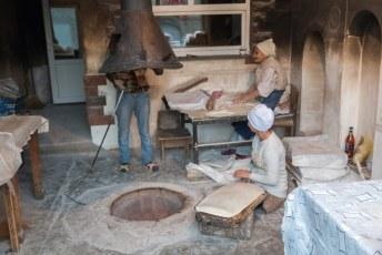 Eindelijk zag ik hoe ze dat vieze platte brood bakken.