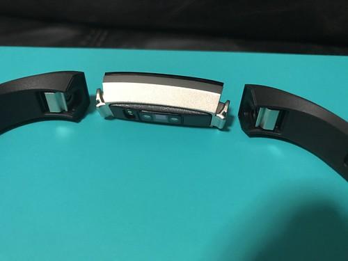 Fitbit Alta HR ตอนแกะสายออกมาแล้วจะเป็นแบบนี้