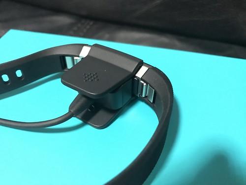 การชาร์จ Fitbit Alta HR จะใช้สายชาร์จหนีบแบบนี้เลยครับ