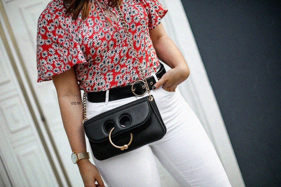 flower-top-zara-frayed-white-jeans-chanel-slingback-jw-anderson-bag-streetstyle5