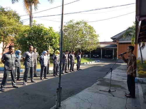 Agus Safei saat memimpin apel pagi KPU Tulungagung (31/7)