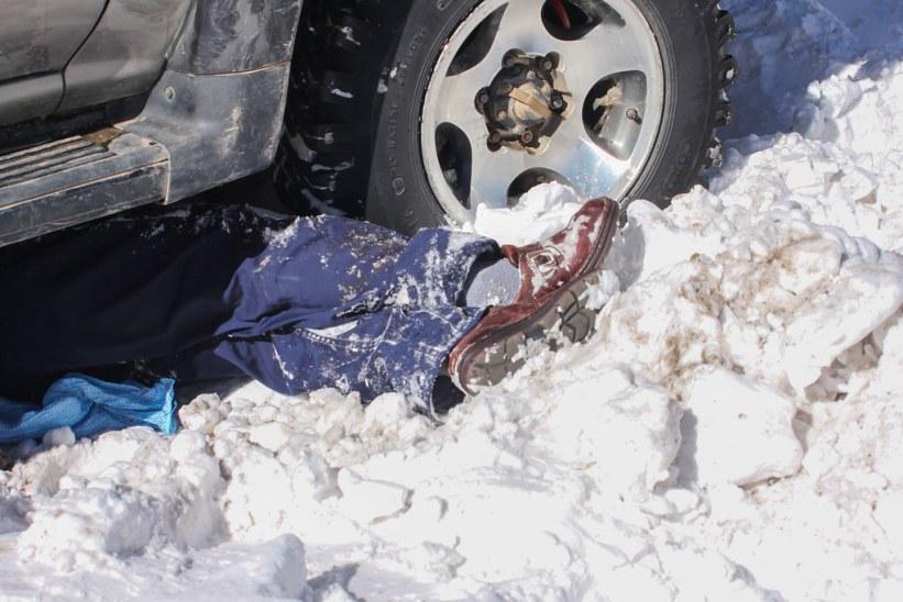 vores chauffør reparerer bilen