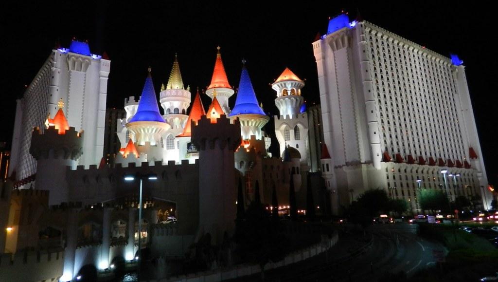 Hotel Excalibur de noche exterior las Vegas Nevada EEUU 04
