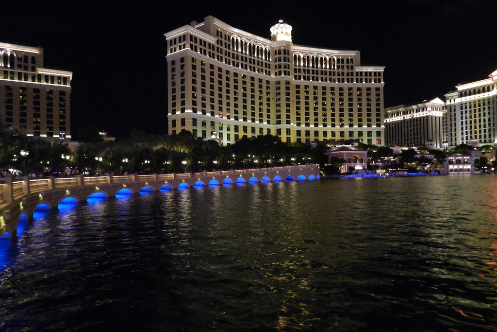 Hotel Bellagio exterior y fuente de noche Las Vegas EEUU 01